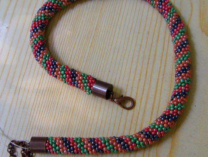 naszyjnik ukosnik, naszyjnik, biżuteria ręcznie robiona z koralików, koraliki na szydełku