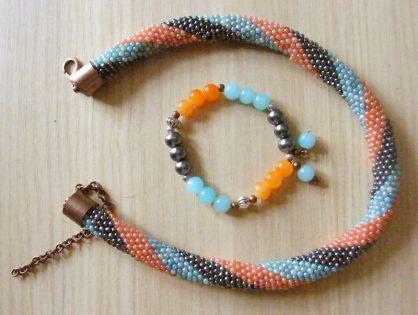 naszyjnik z koralików ręcznie robiony i pasująca bransoletka na gumce