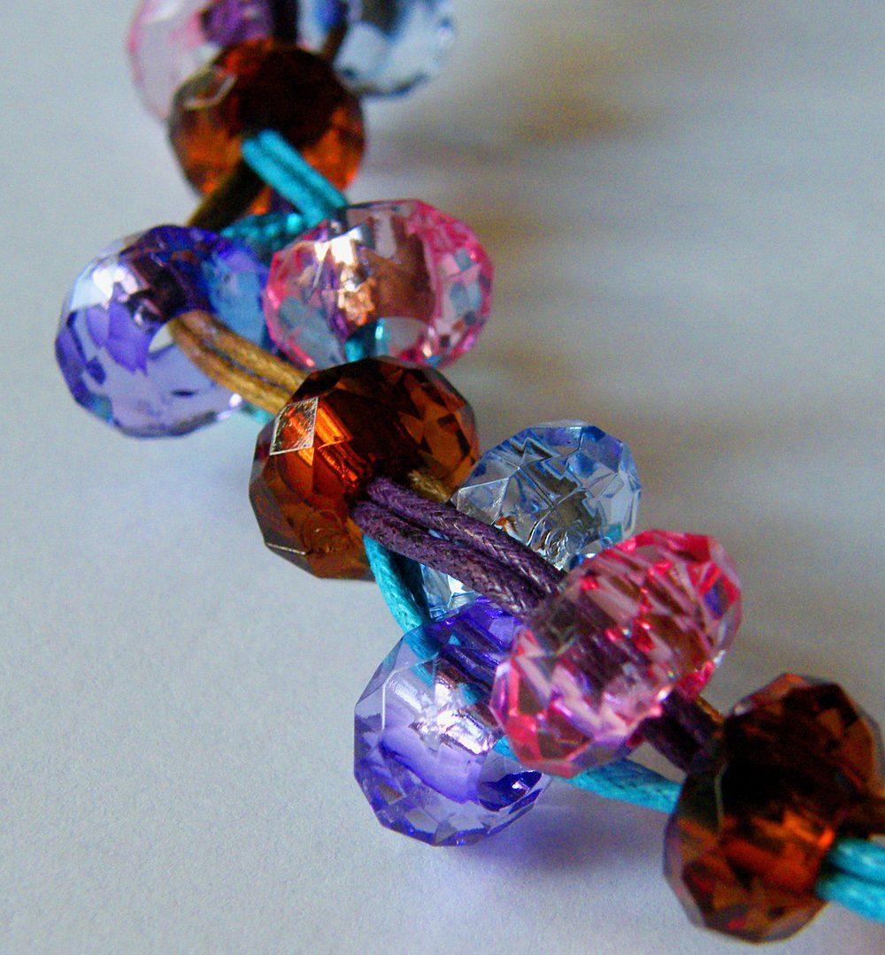 Naszyjniki z koralików na sznurku
