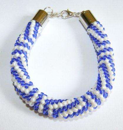 bransoletka z koralików zrobiona na szydełku