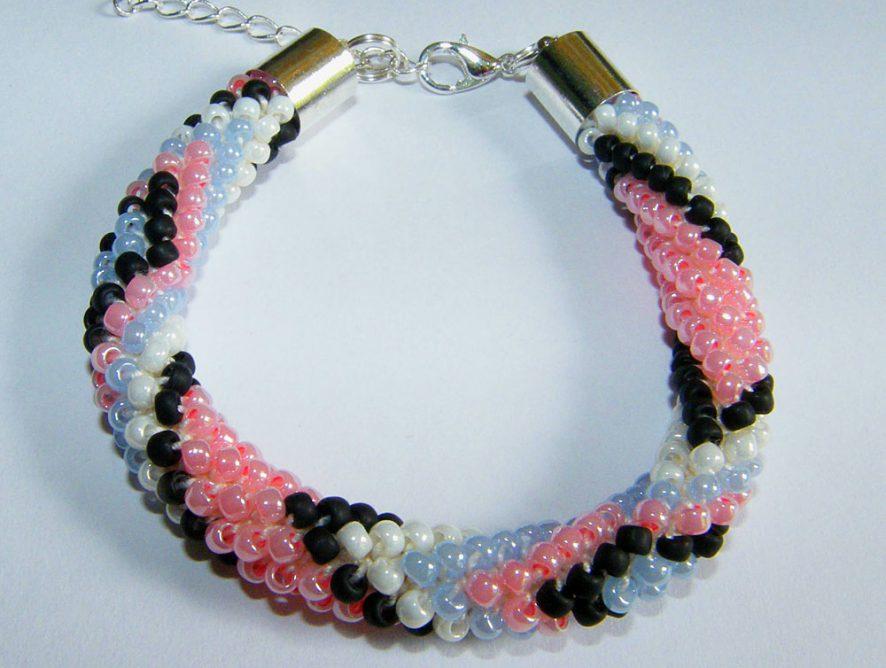 biżuteria z koralików na szydełku