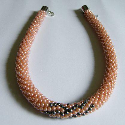 naszyjnik z koralików na szydełku